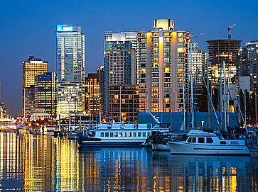 La città di Vancouver, vista da Stanley Park attraverso Coal Harbour.