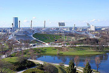 Vista da una collina nel Parco Olimpico, luogo dei Giochi Olimpici 1972 di Monaco di Baviera.