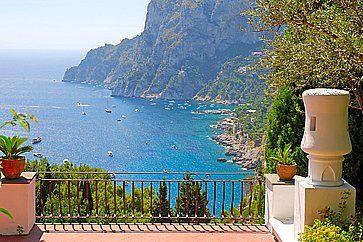 Spettacolare vista da una terrazza in una villa di lusso.