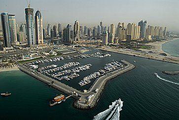 Veduta di grattacieli e della zona del porto, negli Emirati Arabi.