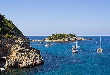 La baia e le scogliere di Port de San Miguel, Ibiza.