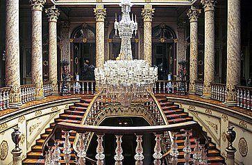 Elegante scalinata all'interno del Palazzo Dolmabahce ad Istanbul.
