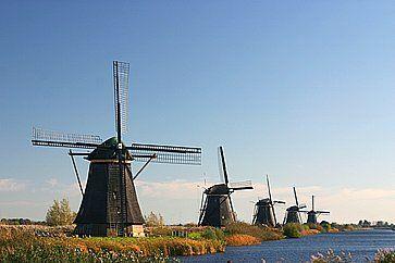 Fila di mulini a vento a Kinderdijk, nei Paesi Bassi.