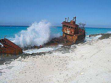 Una vecchia nave incagliata sulla costa di Bimini.