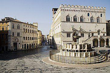 Municipio (Palazzo dei Priori) e Fontana Maggiore nella piazza principale di Perugia.