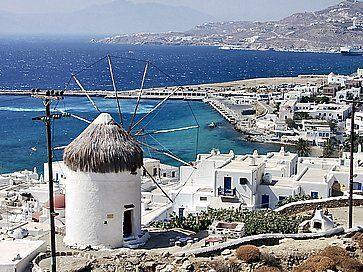 Vista di Mykonos e uno dei suoi mulini a vento.