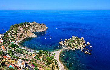 Vista aerea dell'Isola Bella a Taormina, in una perfetta giornata estiva.