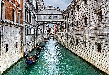 Gondole a ponte dei sospiri a Venezia.