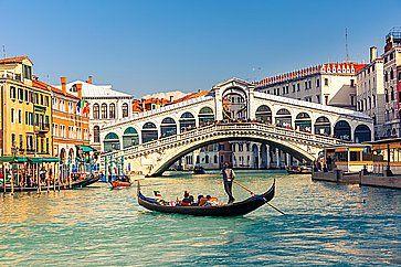 Una gondola vicino al Ponte di Rialto a Venezia.