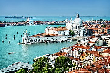 Vista di Venezia dall'alto, con in lontananza la Basilica di Santa Maria della Salute.
