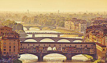 Vista dall'alto di Ponte Vecchio a Firenze, all'alba.