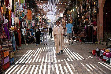 Un uomo che elemosina nel souk a Marrakech.