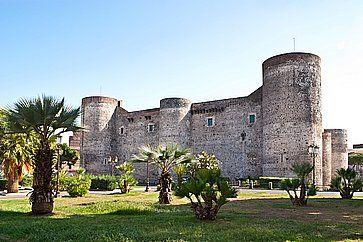 Il Castello Ursino è uno dei simboli della città e qui ha sede il Museo Civico di Catania e una galleria d'arte locale.