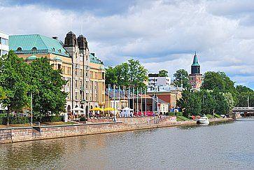 Argine del fiume Aura in una giornata estiva a Turku.