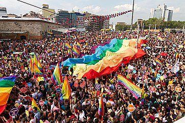 Folla nella piazza Taksim di Istanbul per la parata di orgoglio di LGBT.