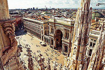 Vista dell'ingresso della galleria Vittorio Emanuelle fotografato dal tetto del Duomo di Milano.