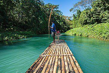 Barca fluviale sul fiume Martha Brae in Giamaica.