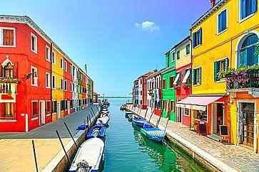 Le coloratissime case di Burano e un piccolo canale.