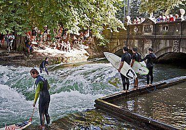 Onda artificiale per fare surf, all'Englischer Garten di Monaco di Baviera.