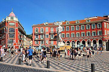 Place Massena, importante punto di riferimento commerciale e culturale a Nizza.