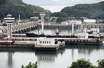 Una nave da carico nordcoreana si sta preparando a passare la diga a Nampo West Sea Barrage una diga lunga 8 km che separa il fiume Taedong dal Mare occidentale della Corea.