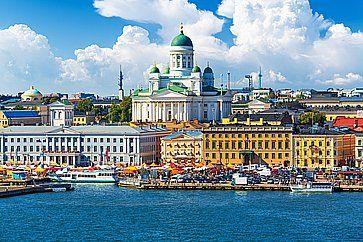 Panorama estivo panoramico della piazza del mercato (Kauppatori) presso il molo della città vecchia di Helsinki.