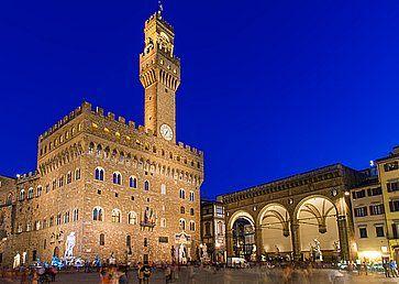 Piazza della Signoria e Palazzo Vecchio a Firenze, di notte.