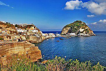 Il mare e Sant'Angelo ad Ischia.