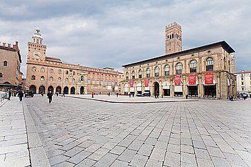 Piazza Maggiore, con il palazzo d'Accursio e Palazzo del Podestà, a Bologna.