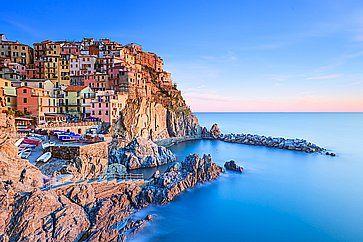 Il piccolo villaggio di Manarola, situato sulle rocce vicino al mare, nelle Cinque Terre.