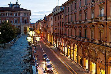 Via dell'indipendenza a Bologna, di sera.