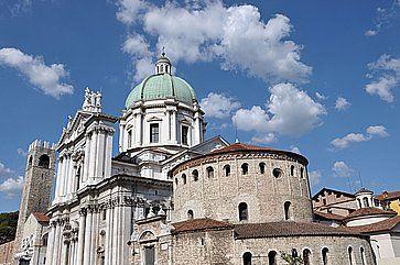La parte superiore del Duomo Nuovo a Brescia.