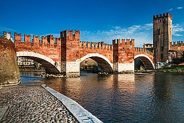 Ill fiume Adige e il pittoresco Ponte Scaligero a Verona, vicino a Castelvecchio.