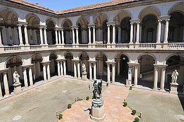La piazza e la scultura di Napoleone alla Pinacoteca di Brera.
