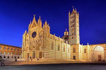 Il Duomo di Siena illuminato la sera.
