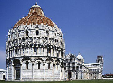 Il Battistero e in lontananza la Torre di Pisa.