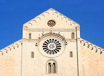 Particolare della facciata della chiesa di San Nicola a Bari.