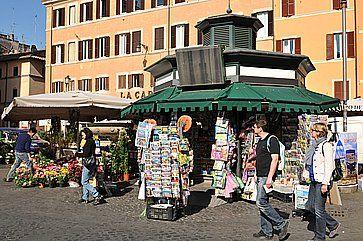 Turisti fanno shopping a Campo de' Fiori a Roma.
