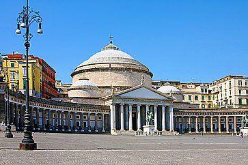 La Basilica reale pontificia di San Francesco di Paola, in Piazza del Plebiscito.