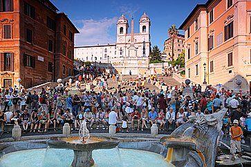 Turisti in Piazza di Spagna a Roma, vicino alla scalinata.