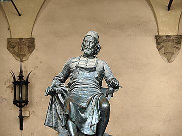 Statua di Giacomo Puccini a Lucca.