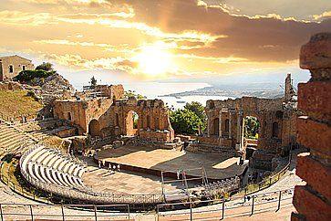 Il Teatro di Taormina al tramonto.