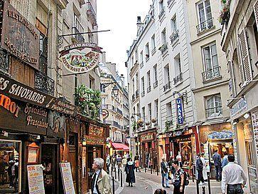 Strada tipica del Quartiere Latino con i suoi ristoranti e turisti.