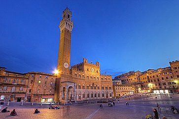 Piazza del Campo a Siena con il Palazzo Pubblico e la Torre del Mangia.