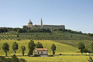La vista delle colline e in lontananza la Basilica della Santa Casa a Loreto.