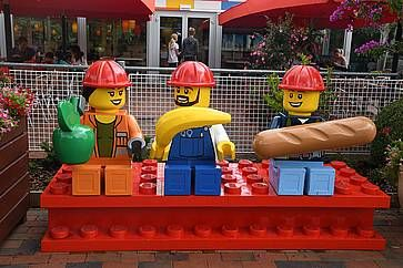 """Operai """"Lego"""", a Legoland."""