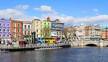 A Dublino lungo il fiume Liffey.