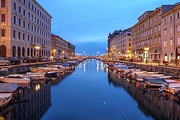 Vista del Canal Grande a Trieste, di sera.