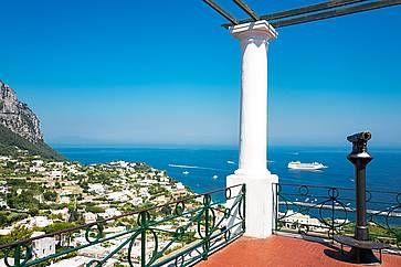 Panorama del mare e di Capri visto dal vecchio borgo di Marina Grande.
