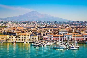 Vista della città e del porto del porto di Catania, con l'Etna sullo Sfondo.